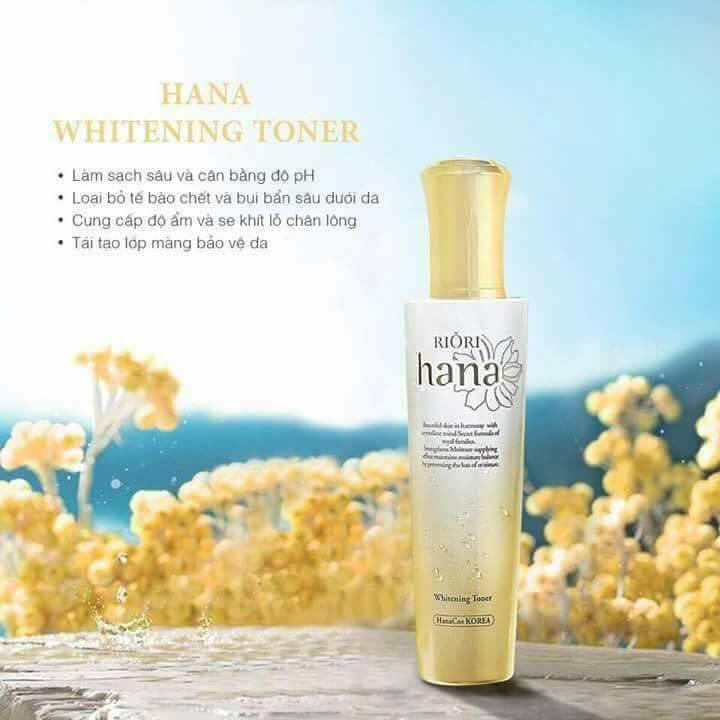 Nước hoa hồng Riori Hana Whitening Toner giúp cân bằng độ pH, làm sạch và che khít lỗ chân lông